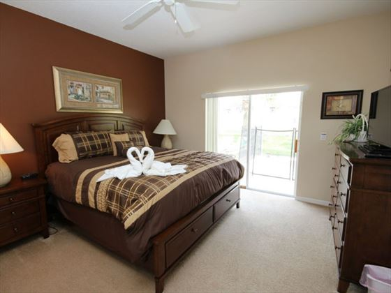 4 Calabay Parc king bedroom