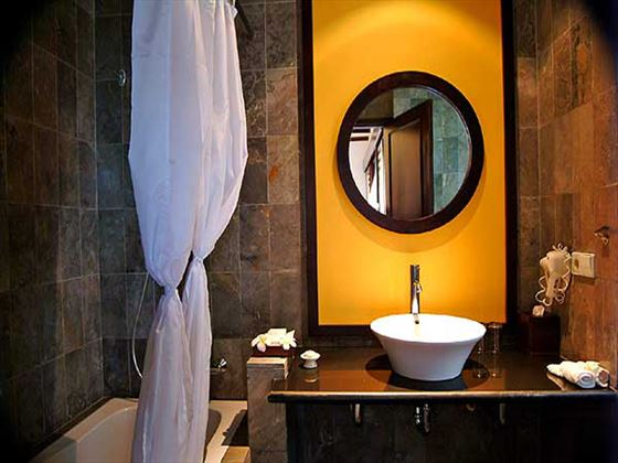 Candi Beach Cottage Superior Bungalow bathroom