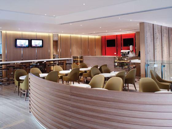 Lobby bar at Traders Hotel Hong Kong