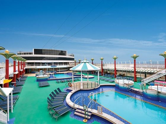 Norwegian Pearl pool area