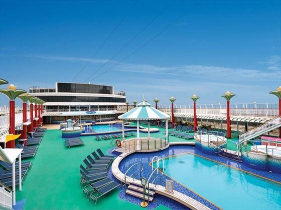 Norwegian Pearl pool area
