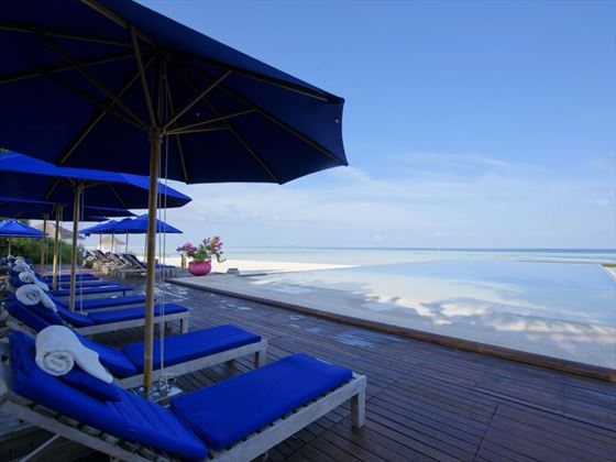 Olhuveli Beach & Spa Resort, infinity swimming pool