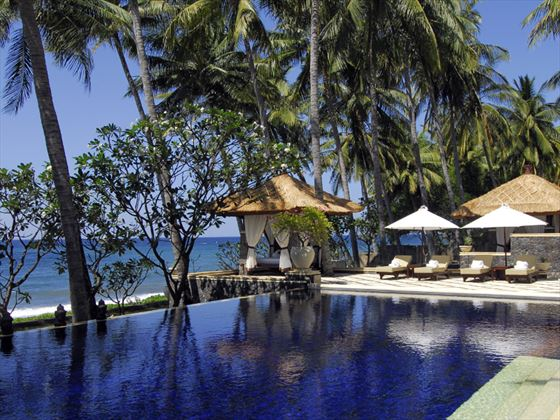 Swimming pool and sun loungers at Spa Village Resort Tembok, Bali